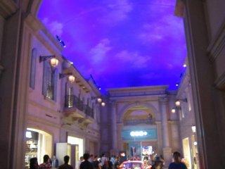 Uma das ruas de lojas no centro comercial