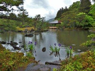 Sang pemilik, Genji Tamane, melakukan penelitian ke taman-taman di seluruh penjuru Jepang selama 3 tahun sebelum membuka Jorakuen