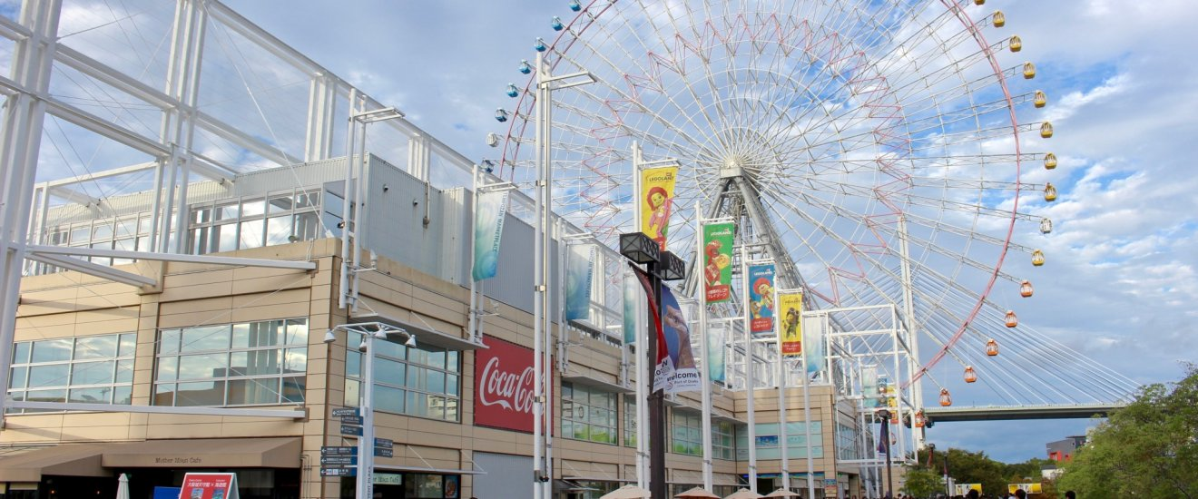 The Tempozan Marketplace is home to a number shops and indoor theme parks and to the former largest Ferris wheel in the world.