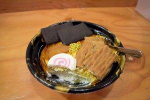 Les couches de sponge cake et la crème trouvées sous les ramen