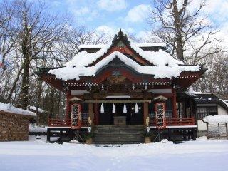 Le sanctuaire Yamanaka Suwa sous la neige