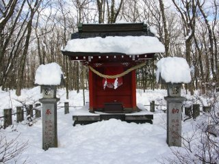 Un petit autel sur le chemin du sanctuaire Sengen