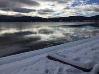 Un bâteau au bord du lac !