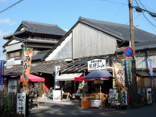 Kawahara Yokocho is a collection of 5 shops selling souvenirs, locally-made products, coffee shop, mikan juice & more