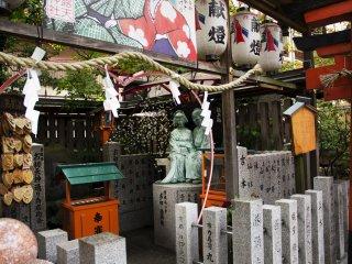 2004년 4월엔 기부금을 모아 오하츠와 토쿠베이의 동상을 세우기도 했다.