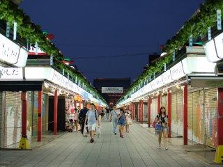 La plupart des magasins de la rue commerçante (Nakamise) sont fermés la nuit