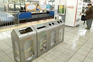 Bebidas de última hora podem ser compradas na própria plataforma. O lixo também pode ser depositado, de acordo com as regras de separação.