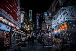 Rua comercial Jan-jan Machi junto à torre do Tsutentaku