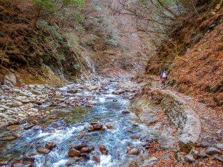 По пути к большим водопадам под названием Нанацугама Годэн, долина расширяется, а путь проходит вдоль узкой горной тропы