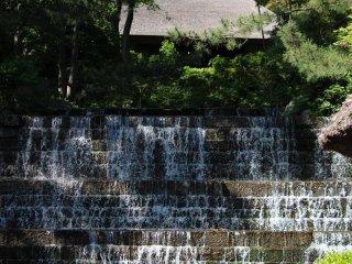 """Dentro da aldeia, há várias diversões aquáticas, como a cascata """"Some ga Taki"""""""