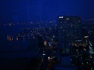 晚上十點以前有兩個觀景台可以使用。較低的有所謂的情侶主題,可以邊互相依偎邊觀賞城市的360度夜景