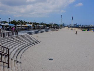 The beach is busy on weekends, but thanks to its size caters the crowds quite well