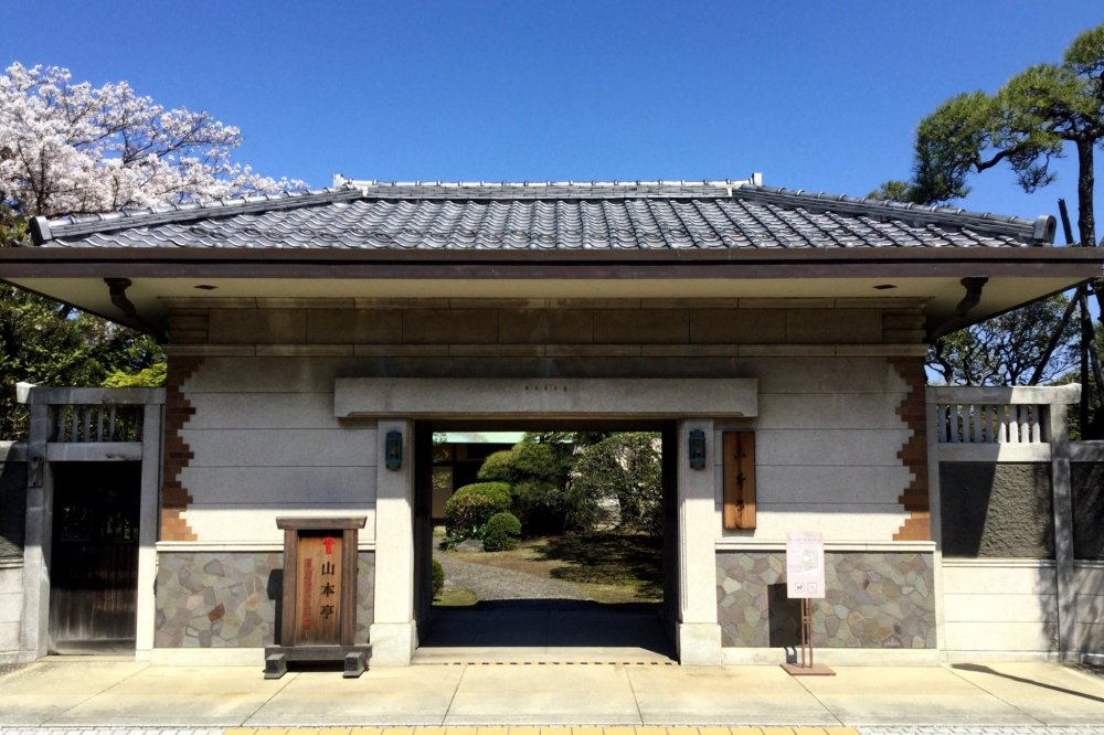 Enter at the nagayamon gate on the south side of the garden