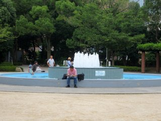 The fountain in between the playground and the zoo seems to be a popular resting place