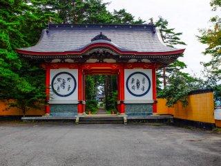 Une impressionnante porte à l'entrée du temple Fukusen-ji