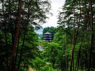 En regardant vers la pagode à 5 étages