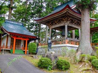Il y a de nombreux petits temples situés sur le site