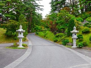 L'entrée du temple Fukusen-ji, les visiteurs peuvent conduire ou marcher pour se rendre au sommet