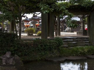 De nombreux sanctuaires shinto offrent un calme intense avec de somptueux jardins
