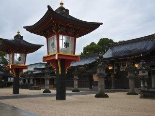 De grandes lanternes rouges au sanctuaire Matsubara
