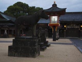 Dans un sanctuaire japonais vous trouverez souvent des statues d'animaux comme des renards ou des chevaux. Ils ne sont pas des kami (divinités) mais des animaux servant les kami de différentes manières