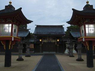 Une rangée de lanternes indique le chemin vers le bâtiment principal du sanctuaire