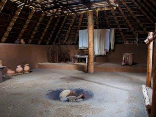 L'intérieur typique d'une maison semi-enterrée à Minami-no-mura
