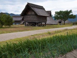Aussi bien que le travail agricole, la famille élargie qui a vécu dans le Village du sud tissait la toile de chanvre et la soie