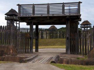 Porte d'entrée vers Minami-naikaku (enceinte intérieure sud) : Ceci aurait été le lieu où les dirigeants successifs de Yoshinogari résidaient