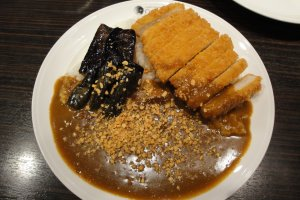 Chicken Cutlet Curry, 300g, Level 3 (¥680), with add-on of Eggplant (¥150) & topping of Garlic Bits (¥50)