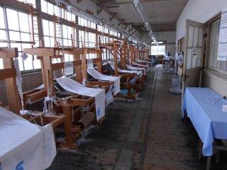 Weaving machines for training purposes