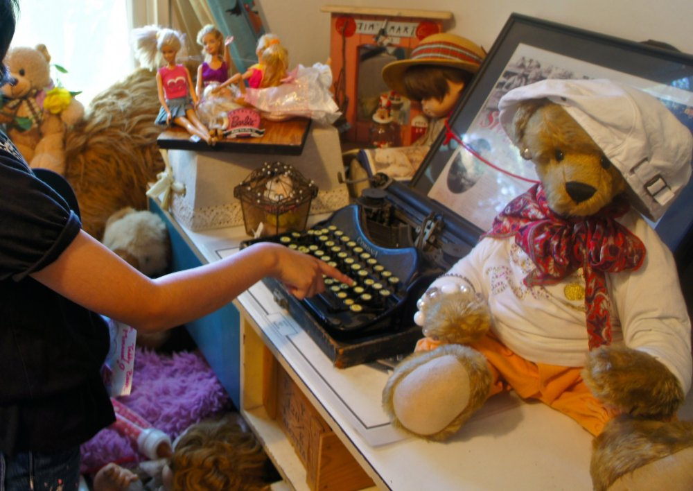Một máy đánh chữ kiểu cũ mà con gái tôi nhất định phải thử dùng. Thuộc thế hệ màn hình cảm ứng của iPad, con gái tôi rất ngạc nhiên trước những nút bấm máy móc cứng nhắc khiến việc gõ một bức thư cũng phải nỗ lực vô cùng.