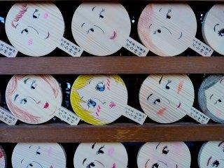 Mirror-shape tablets calledkagami ema