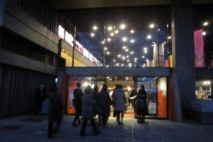 夜の東京文化会館大ホール入口