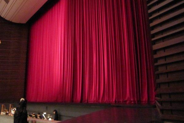 ステージと赤い緞帳。ちらりとオーケストラボックスが見える