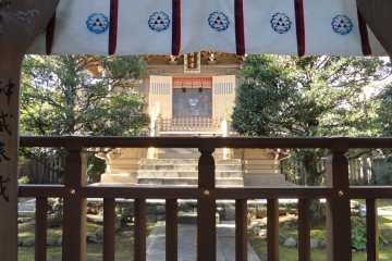 Okutsu-no-miya Shrine. Notice the Hojo family triangle mark on the white banners.