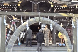 Hetsu-no-miya Shrine. There is a very large ring made by bundled kaya grass that stands in front of the building. This is known as Chi-no-wa, and it is used for purification.