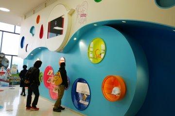 <p>กำแพงแห่งสีสัน &gt; หนึ่งในโซนพักผ่อนอันมีชีวิตชีวาที่จัดแสดงเรื่องราวต่างๆ ผ่านฉากอันมีสีสันได้อย่างน่าสนใจ</p>
