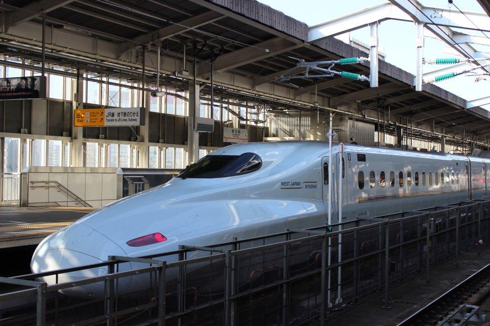 ครั้งแรกที่ได้เจอกัน รถไฟหัวกระสุนชินคันเซ็น ภายในเหมือนเครื่องบินมากค่ะ การซื้อตั๋วก็เช่นกัน ต้องจองรอบก่อนล่วงหน้า ทุกคนจะมีที่นั่งของตัวเอง ไม่มีการยืนโหนเหมือนรถไฟทั่วไปนะคะ