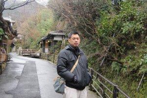 ทางเดินขึ้นเขาไปวัดSanzen-in เลียบลำธารเล็กๆไปตลอดทาง