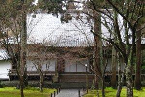 อาคาร Ojo Gokuraku-in Hall ซ่อนตัวอยู่ภายในสวน