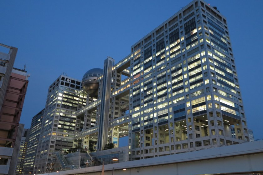 ตึกฟูจิเทเลวิชั่น บนชั้นเจ็ดของตึกนี้คือที่ตั้งของบาราติเอ