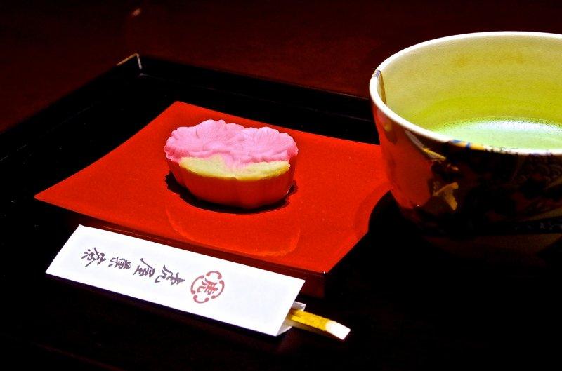 <p>绿茶配搭新鲜点心</p>