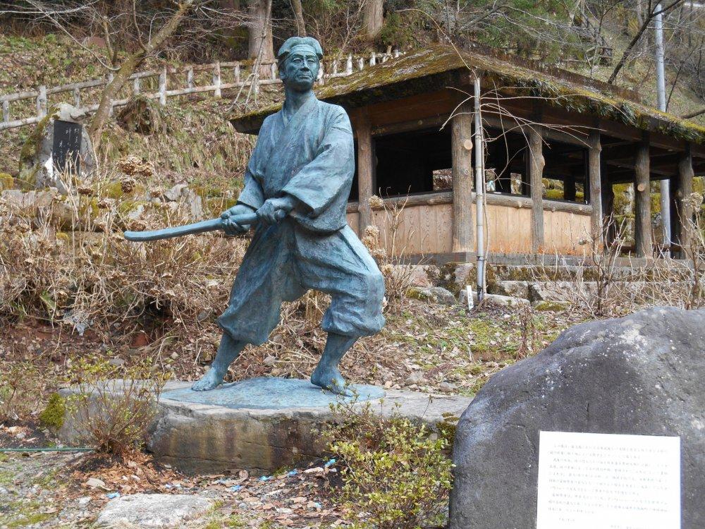 佐々木小次郎銅像のクローズアップ