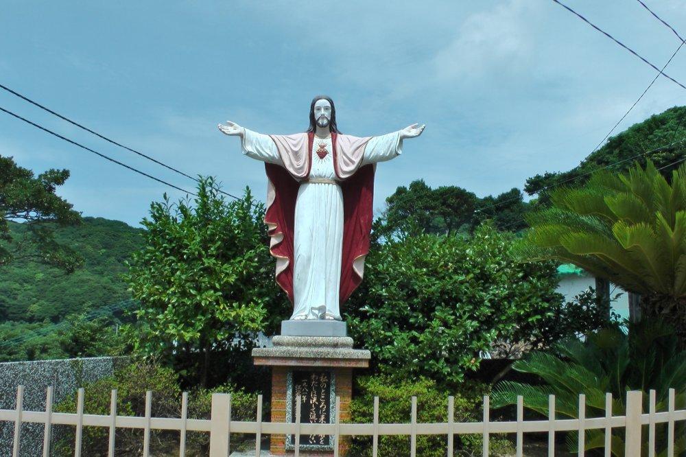Patung Yesus di halaman Gereja Ebukuro