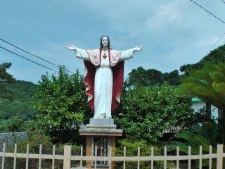 江袋教会敷地内に建つキリスト像