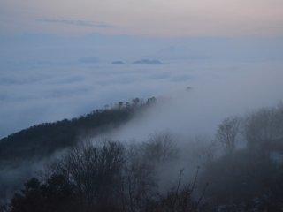 Bên dưới những đám mây này là Vịnh Maizuru.