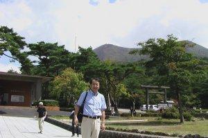 遠くに見えるのが霧島山 (高千穂峰) だ。龍馬は妻のお龍と共にこの山に登った