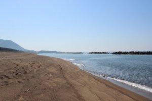 砂は九頭竜川から吐出されたものが海流に乗って堆積した。波による海浜侵食を防ぐためにコンクリート製のテトラポットが海中に埋設されている