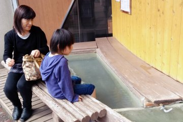 <p>There are two foot baths you can use for free in front of the station.&nbsp;</p>